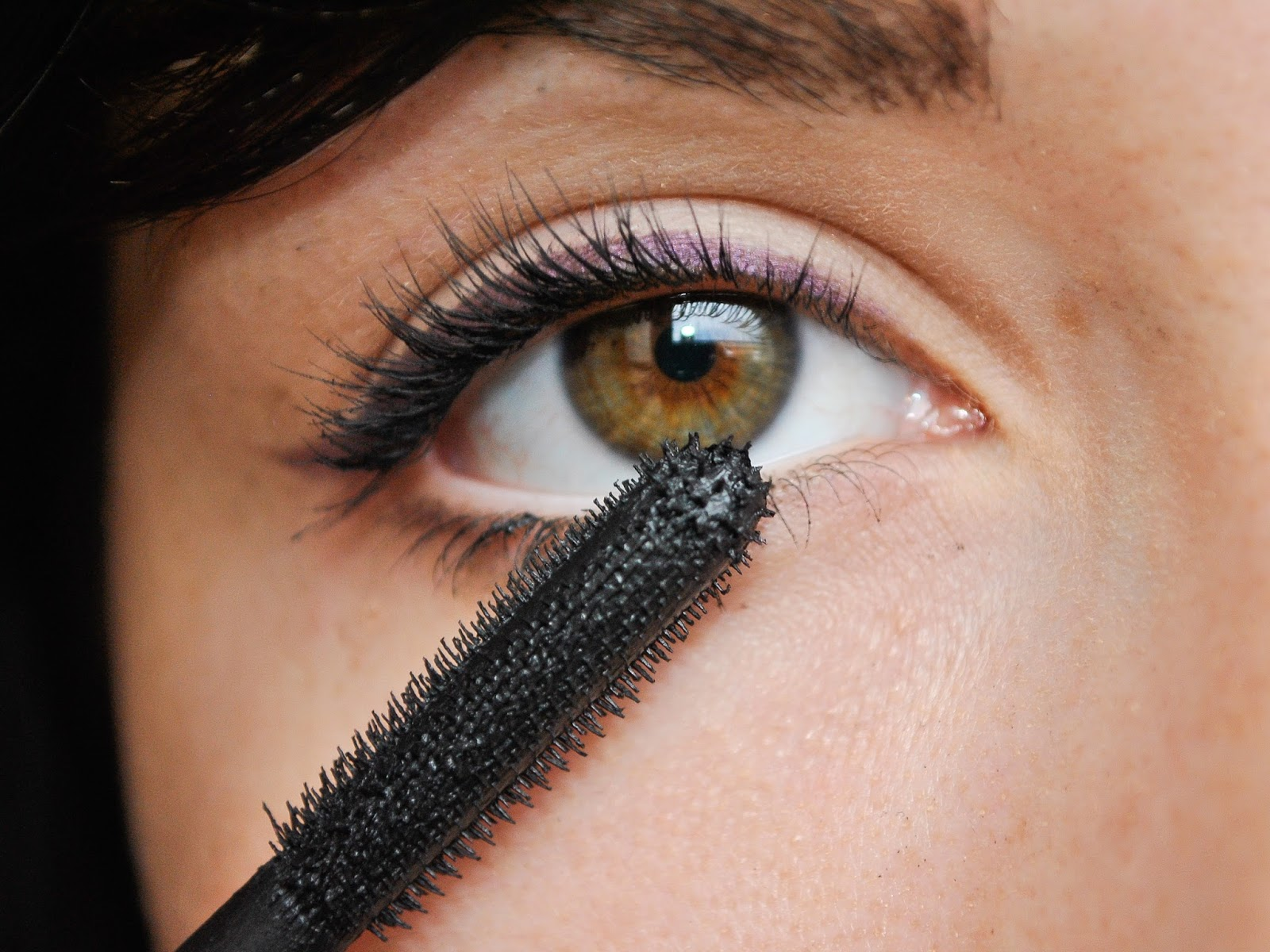 How to Put Mascara on Your Bottom Eyelashes