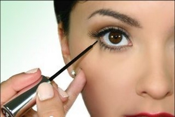 Applying Liquid Eyeliner Eyeshadow